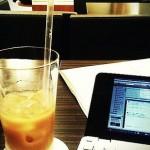カフェで瞬時に存在感が消せる場所を探す